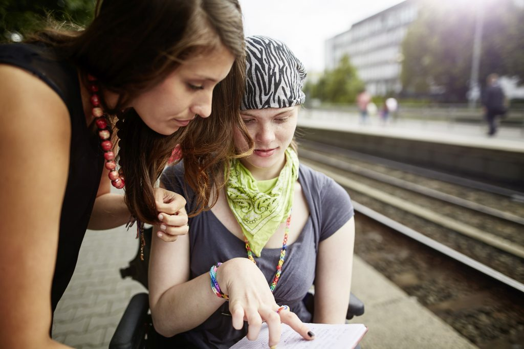 Foto Mädchen mit Helferin