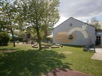 """Der Garten des Kinderhauses """"Zur Arche"""" mit verschiedenen Spielgeräten"""