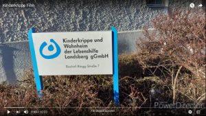 Das weiß-blaue Schild der Kinderkrippe
