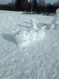Verschiedene Tiere aus Schnee, darunter eine Raupe mit Fühlern aus Zweigen